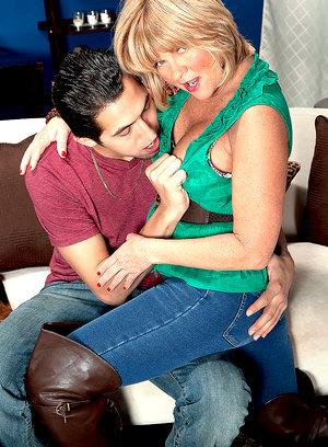 Busty mom Elara Elis bbw corset